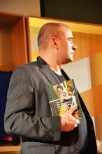 """Verleger Christopher Haacker (Arco Verlag, Gewinner Preis der Hotlist für """"Geometrie des Verzichts von Debora Vogel)"""