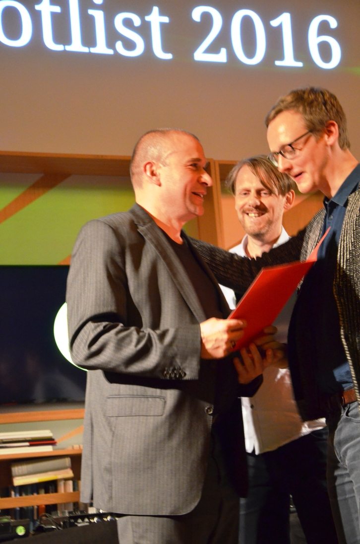 Siegerehrung mit einem glücklichen Christoph Haacker (Arco Verlag), Axel von Ernst und Florian Kessler